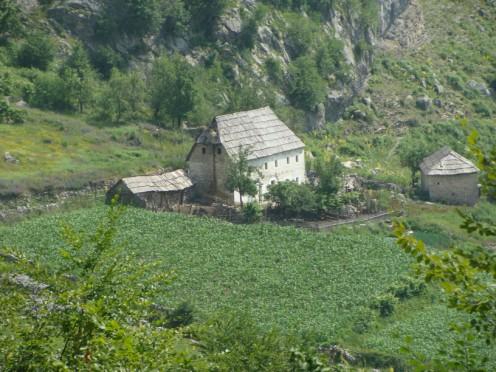 scutari albania. vita in montagna. foto del casco bianco valentina viero 2010