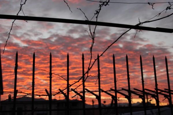Tramonto oltre il cancello, foto Angelo Valsesia, CB Apg23, Albania 2012