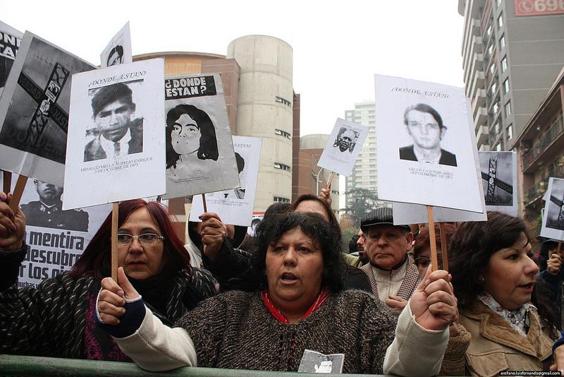 Manifestazioni contro l' homenage a Pinochet, Santiago del Cile, 2012, foto http://www.flickr.com/photos/makarenko_mg/7178292651/