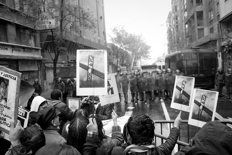Proteste contro l'homenaje a Pinochet, Santiago del Cile, 2012, foto da http://www.flickr.com/photos/carlos_fg/7362655024/