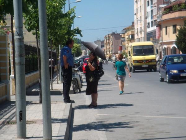 Donne in strada, Albania, foto Valentina Rodofili, CB Oltre le vendette
