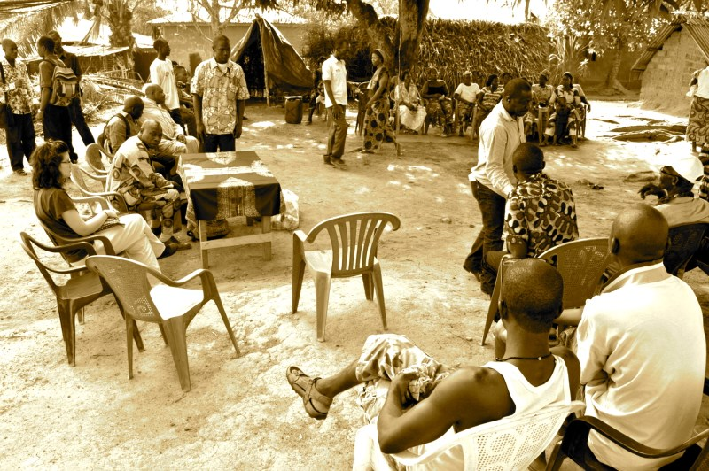 """Gli incontri tra gli """"Chefs Religieux"""" e la popolazione si svolgono all'ombra di un antico albero di mango, dove per tradizione vengono affrontate le dispute comunitarie e le questioni irrisolte in quello che è comunemente definito arbre à palabres."""