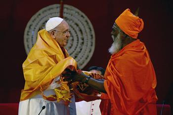 Con il leader induista Kurukkal SivaSri T Mahadeva (foto http://blog.vita.it/ricchiepoveri/tag/papa-francesco/)