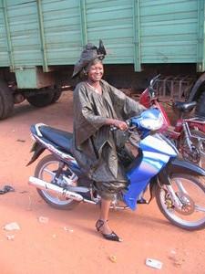 donna in motorino