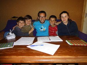 Matteo e i bambini che svolgono i compiti