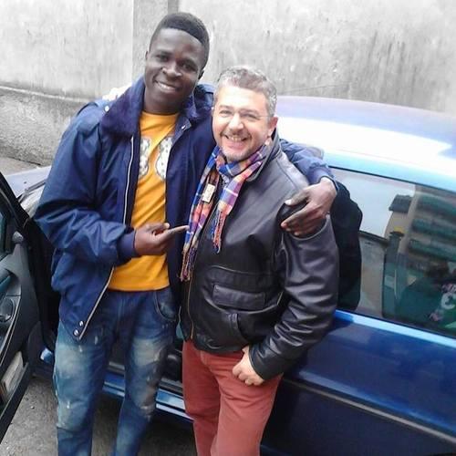 Stefano al lavoro con un ragazzo Nigeriano richiedente protezione internazionale