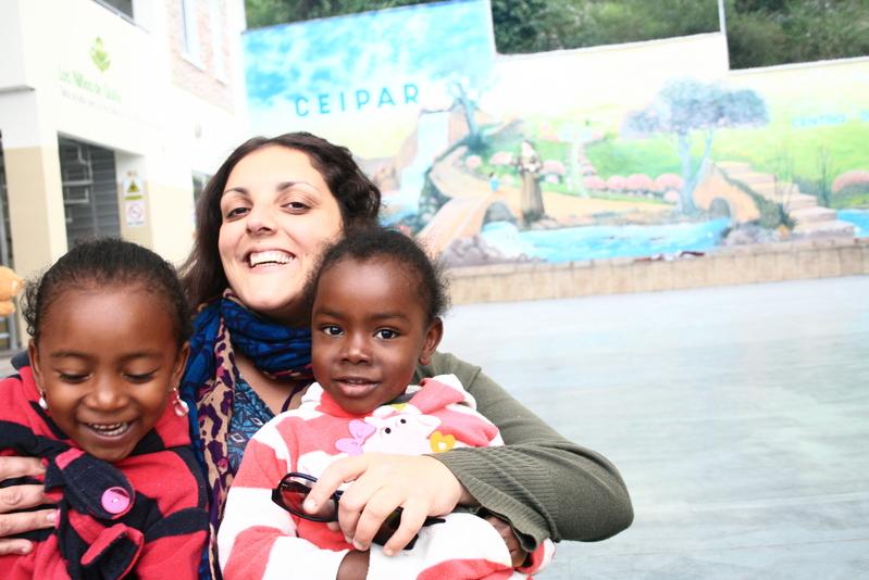 Giovanna con i bimbi del Ceipar