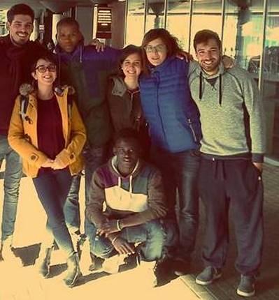 Musa con i volontari a mercatino conca