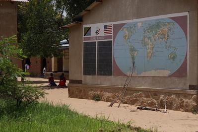 L'ingresso della scuola del villaggio di Mambegu, Tanzania
