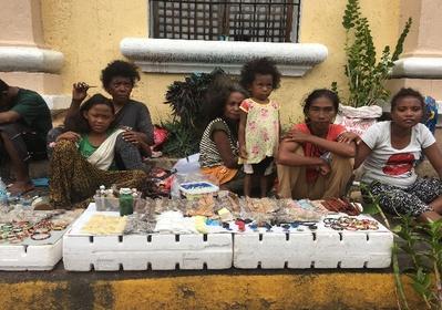 Indigeni Ati, durante l'Ati-athian festival vendono i loro prodotti sui marciapiedi di Kalibo, mentre per le strade sfilano le maschere che li rappresentano